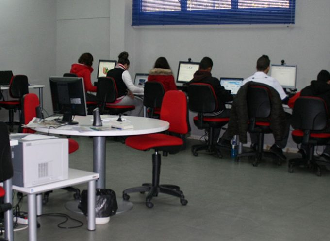 Usuarios del Centro Guadalinfo de Añora aprenden a construir dispositivos inteligentes para sus tareas cotidianas