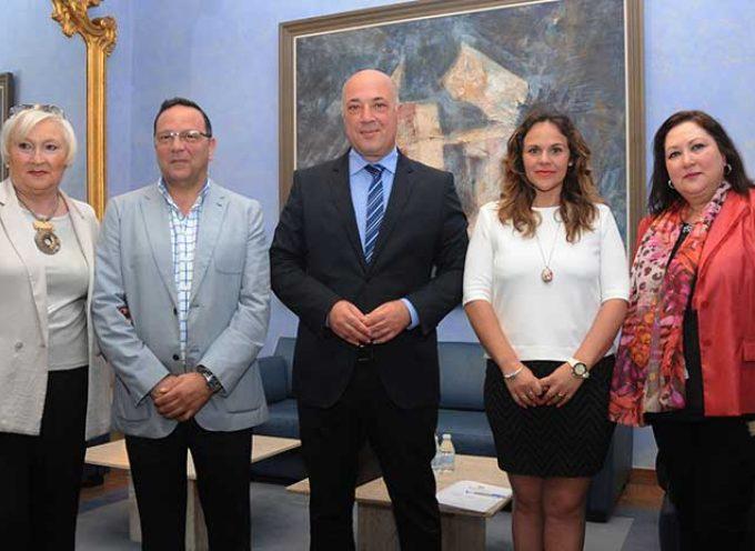 La firma de tres convenios permitirá a la Diputación facilitar la gestión de los Puntos de Información al Consumidor