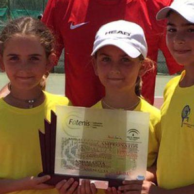 El equipo femenino sub 10 del Club Tenis Pozoblanco, campeón de Andalucía por Equipos en primera división