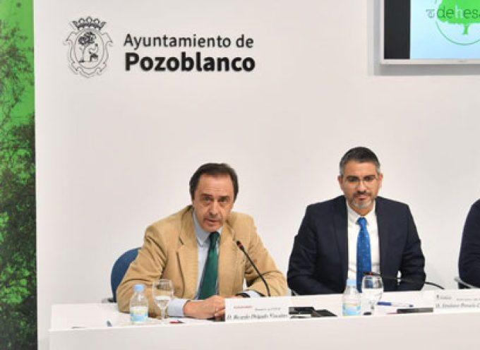El Ayuntamiento y Covap impulsarán la repoblación de encinas en Los Pedroches a través de El Dehesafío