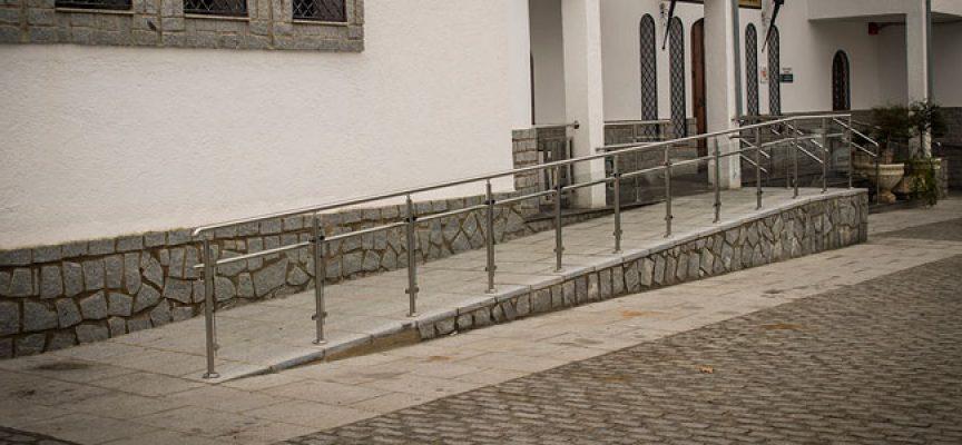 El Ayuntamiento de Pedroche mejora la accesibilidad al consultorio médico y a la residencia de ancianos