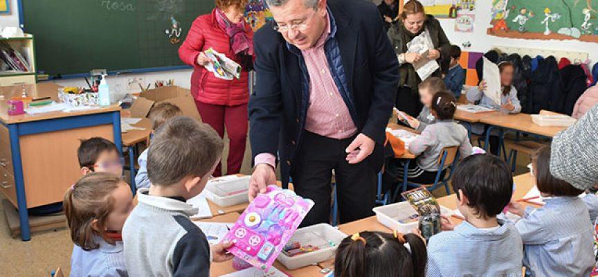 Más de 600 niños y niñas de Pozoblanco reciben un regalo por participar en el concurso 'Me gusta mi cole limpio'