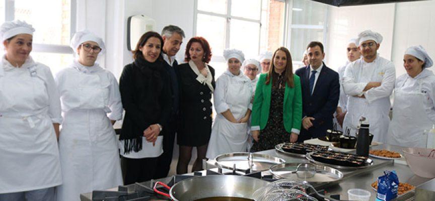 La delegada del Gobierno inaugura el ciclo de Cocina y Gastronomía en el IES Jerez y Caballero, de Hinojosa del Duque