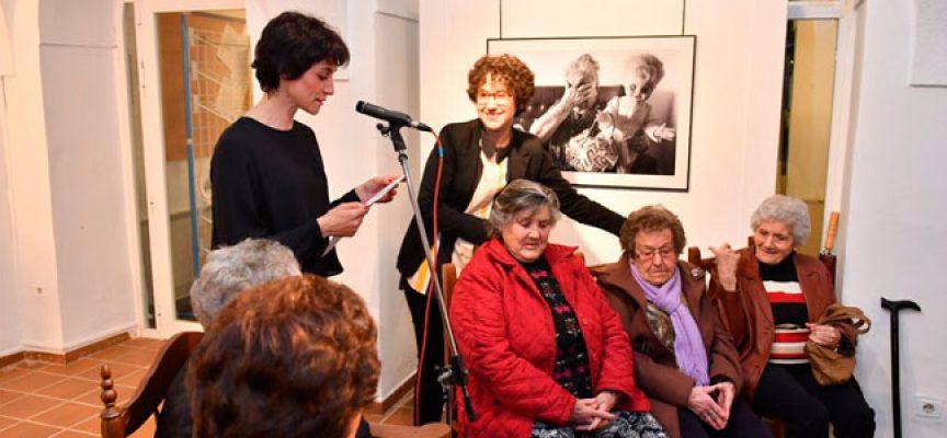 """Las imágenes de mujeres sin medallas, en la exposición """"Vecinas"""" de Nori Peñas, en Pozoblanco"""