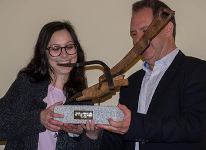 Ana Castro recibe la réplica de un arado romano, símbolo del Premio Solienses, en el Monasterio de Pedrique [vídeos]