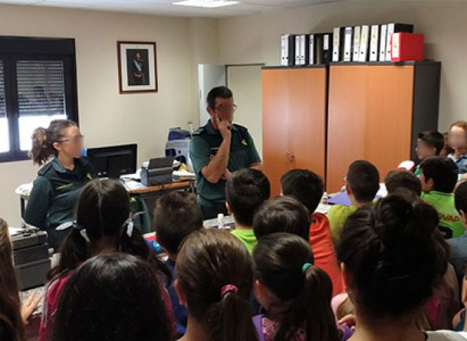 La Guardia Civil efectúa una exposición de medios en Pozoblanco al alumnado de un colegio