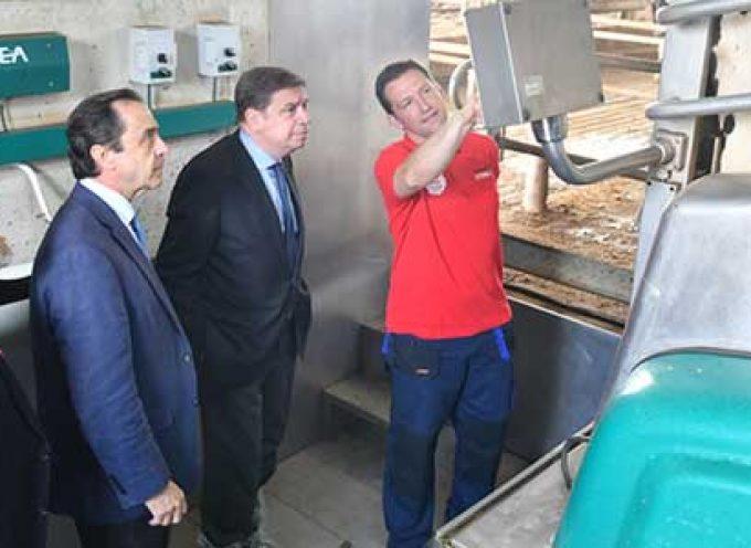El Ministro de Agricultura conoce la estrategia de Covap en ganadería sostenible y bienestar animal