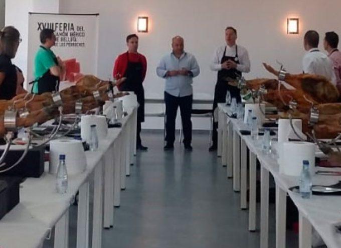 Una clase magistral para cortadores es una de las actividades paralelas de la XVIII Feria del Jamón