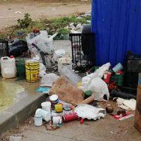Mobiliario urbano dañado y zonas con basura en Villanueva de Córdoba