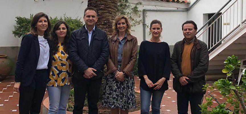 La delegada de Educación e Igualdad visita el centro residencial de personas mayores de Dos Torres