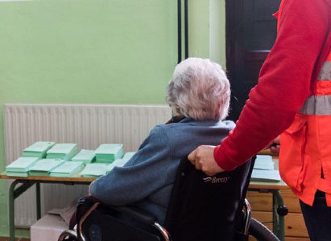 Cruz Roja acompaña a votar este domingo a mayores de Hinojosa del Duque