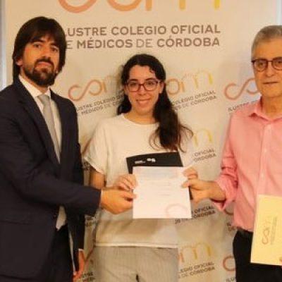 El Colegio de Médicos de Córdoba y Banco Sabadell premia a Yaiza Parra Manso, de Pedroche, como una de las mejores MIR de Córdoba