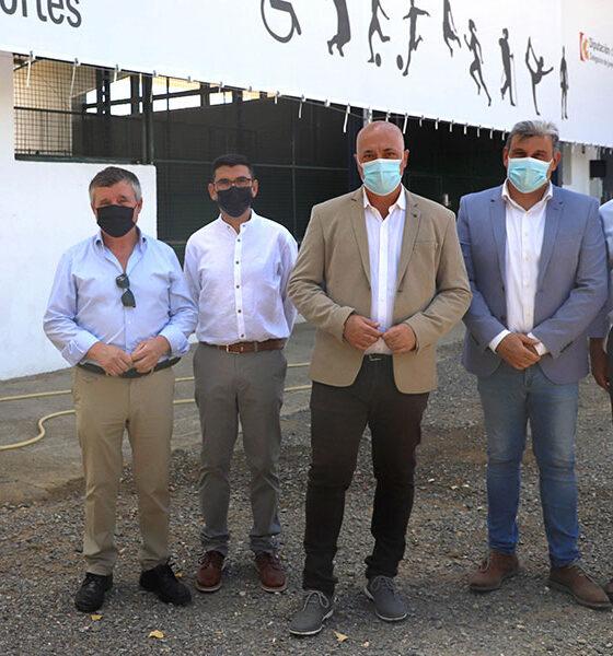 El presidente de la Diputación visita la piscina municipal y villa deportiva de Villaralto